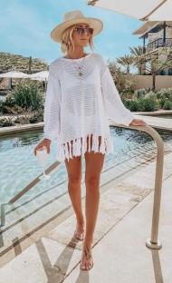 Vestido de praia de crochê de borlas brancas