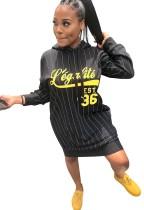 Robe à capuche imprimée noire avec manches