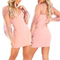 Mini-robe en dentelle rose à col en V