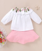 Camisa de niña blanca con flores y falda rosa