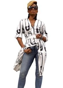 Blusa larga estampada en blanco y negro con cinturón