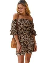 Vestido corto de leopardo con hombros descubiertos de verano