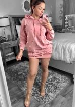 Vestido con capucha de manga larga con cuentas rosadas