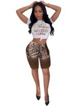 Camisa blanca con estampado de leopardo y pantalones cortos con borlas