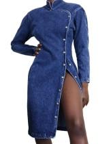 Langärmliges, blaues Jeanskleid mit Schlitz