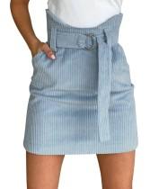 Blauer Samt-Minirock mit hoher Taille und Gürtel
