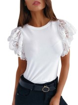 Camisa básica blanca con cuello redondo y mangas de encaje