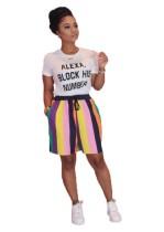 Chemise blanche à imprimé d'été et short rayé coloré