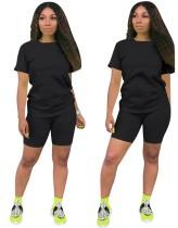 Простая базовая рубашка и узкие шорты