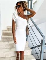 Elegantes weißes Partykleid mit einer Schulter
