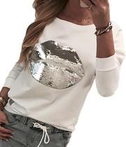 Camisa blanca con cuello redondo y mangas de lentejuelas