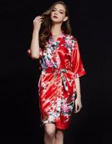 Elegante pijama floral satinado con cinturón