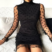 Mini vestido de lunares negro elegante con mangas de malla