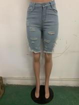 Pantalones cortos de verano de color azul claro rasgados