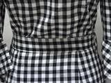 Vestido de verano a cuadros blanco y negro fuera del hombro