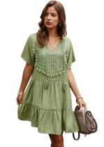 Kurzes Boho-Kleid mit Sommer-V-Ausschnitt