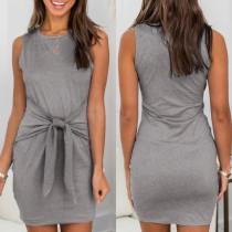 Mini vestido sin mangas gris con cinturón de verano