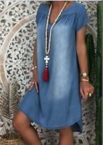 Robe chemise en denim bleu délavé d'été