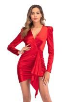 Élégante mini robe de soirée rouge enveloppante à manches longues