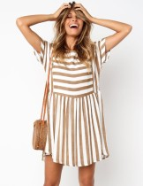 Vestido casual corto con cuello en o de rayas de verano