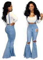 Hellblaue, gerissene Flare-Jeanshose mit Hosenträger