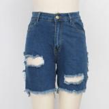 Pantalones cortos de mezclilla rasgados azules con estilo