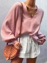 ポップな袖が付いたピンクのルーズフィットVネックシャツ