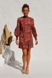 Kurzes Kleid mit Blumenrüschen im Herbst und Pop-Ärmeln