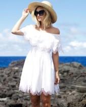 Vestido de playa con hombros descubiertos de verano blanco