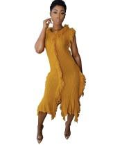 Herbstliches gestricktes ärmelloses Pulloverkleid mit Fransen