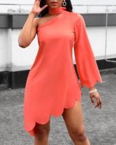 Vestido camisero irregular de color liso con una sola manga