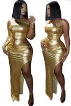 Vestido de fiesta largo con abertura metálica de un hombro dorado
