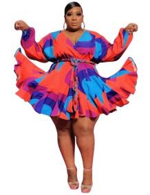 Vestido skater plissado multicolor com decote em V tamanho plus e cinto
