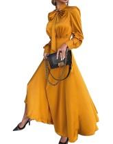 Einfarbiges, gelegentlich elegant gebundenes, langes Abendkleid mit vollen Ärmeln