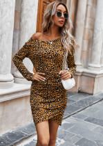 Eingewickeltes Minikleid mit Leopardenmuster im Herbst und vollen Ärmeln
