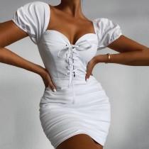 Mini abito vintage increspato sexy con lacci bianchi