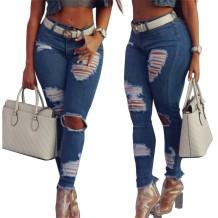 Синие рваные джинсы в уличном стиле