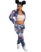 Top corto e pantaloni in denim strappato con motivo tie dye street style