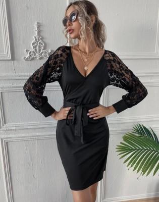 Mini-robe cache-cœur élégante noire avec manches en dentelle