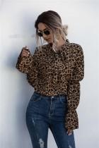Elegante blusa atada con estampado de leopardo de otoño