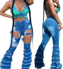 Стильные синие расклешенные джинсы с вырезом