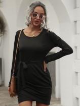 Mini-robe noire simple à col rond avec ceinture