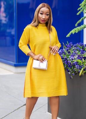 Vestido camisero holgado con cuello alto amarillo de otoño