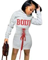 Graues Schnür-Hoodie-Kleid mit Buchstabenärmeln und vollen Ärmeln