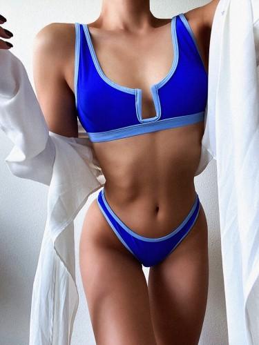 Semplice costume da bagno blu a due pezzi con finiture a contrasto