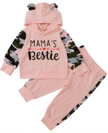 Conjunto infantil com capuz e calça rosa com estampa de outono