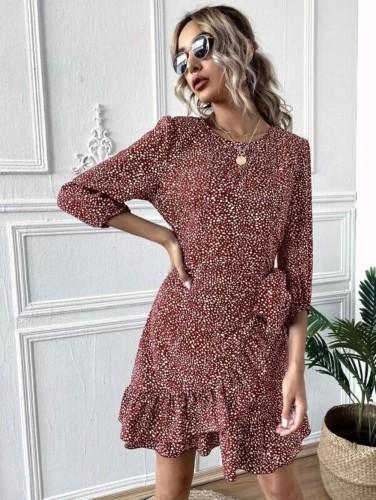 Vestido curto elegante com estampa de pontos de outono com babados