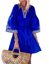 Kurzes Boho-Kleid mit weiten Ärmeln und Herbstdruck und Gürtel