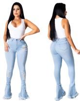 Blaue, zerrissene Jeans mit Glockenboden und hoher Taille