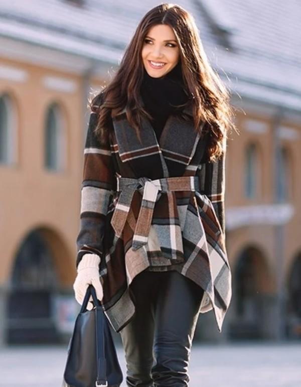 Abrigo de cuadros irregulares envuelto con cuello de cobertura de invierno con cinturón